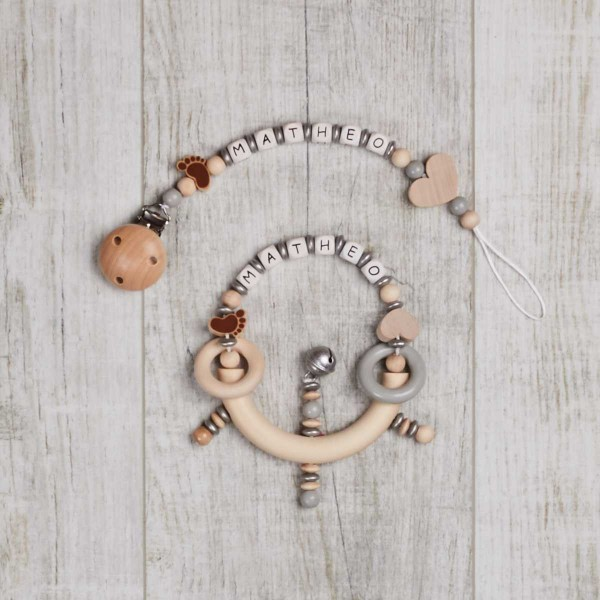 Ensemble 2 pièces, chaîne à lolette et hochet avec petit pied et cœur, naturel/gris