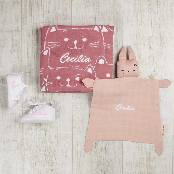 Kitties blanket & comforter berry set with white shoes