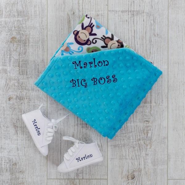 Weisse Babyschuhe und Äffchen Minky Decke
