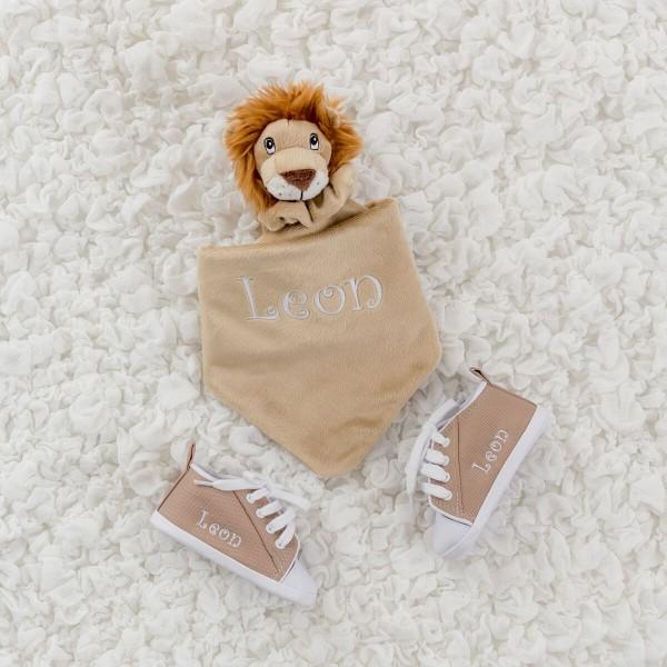 Löwe Schmusetuch und sandfarbene Schuhe