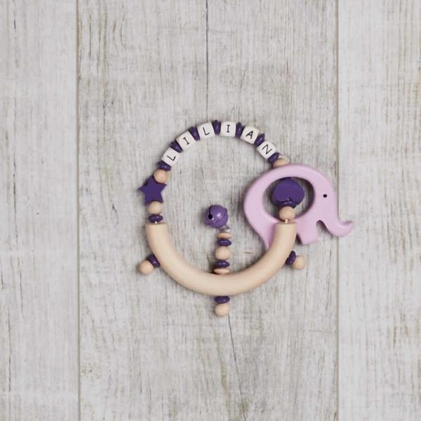 Rassel aus Holz mit Sternchen, Herz und Elefant, lila